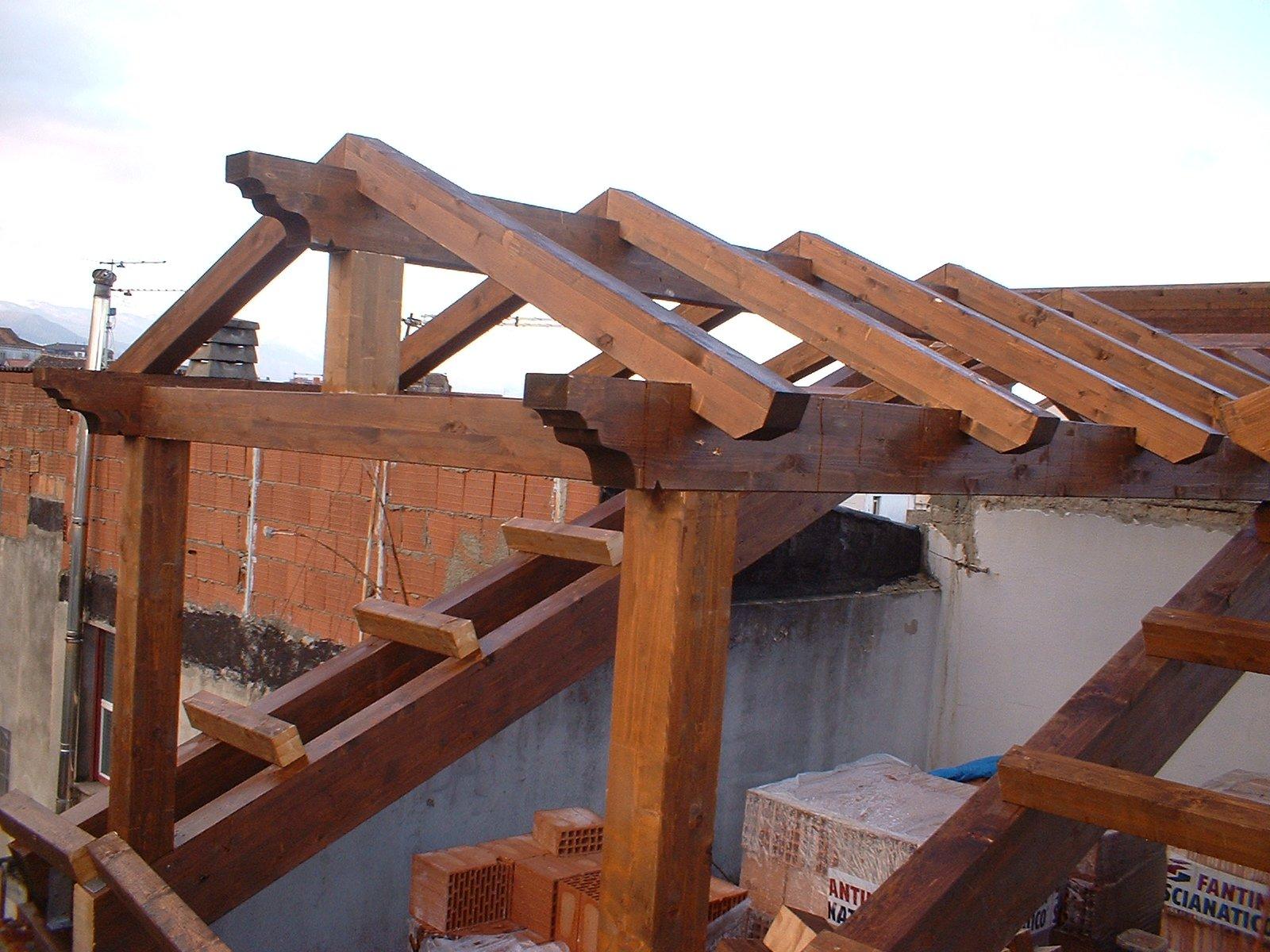 Tettoie in legno coperture prefabbricati in legno for Immagini di tettoie in legno